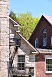 Η αρχιτεκτονική άποψη του μάλλινου μύλου δέκατου όγδοου αιώνα έθεσε βουκολική πόλη Harrisville, Νιού Χάμσαιρ, Ηνωμένες Πολιτείες στοκ φωτογραφία με δικαίωμα ελεύθερης χρήσης