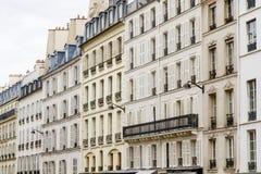 η αρχιτεκτονική Παριζιάνος ανακαίνισε χαρακτηριστικό στοκ φωτογραφία