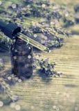 Η αρωματισμένη βοτανική ουσία πετρελαίου και lavender τα λουλούδια Selecti Στοκ Φωτογραφία