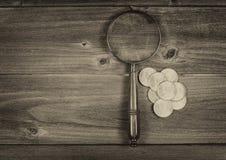 Η ασημένια συλλογή νομισμάτων δολαρίων και ο στρογγυλός τρύγος ενισχύουν το γυαλί επάνω Στοκ φωτογραφίες με δικαίωμα ελεύθερης χρήσης