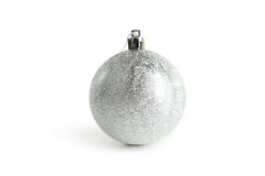 Η ασημένια σφαίρα Χριστουγέννων, κλείνει επάνω Στοκ Εικόνα