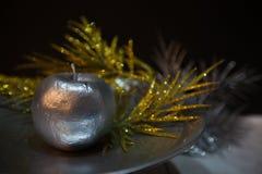 Η ασημένια Apple σε ένα πιατάκι στην ατμόσφαιρα των Χριστουγέννων Στοκ φωτογραφίες με δικαίωμα ελεύθερης χρήσης
