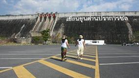 Η ασιατικές ταϊλανδικές μητέρα και η κόρη γυναικών ταξιδεύουν την τοποθέτηση και το παιχνίδι στο χώρο στάθμευσης απόθεμα βίντεο