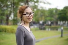Η ασιατική γυναίκα ακούει τη μουσική στοκ φωτογραφία με δικαίωμα ελεύθερης χρήσης