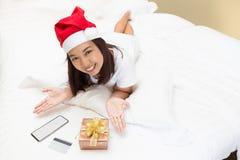 Η ασιατική γυναίκα απολαμβάνει on-line για τα Χριστούγεννα με το Λα υπολογιστών Στοκ εικόνα με δικαίωμα ελεύθερης χρήσης