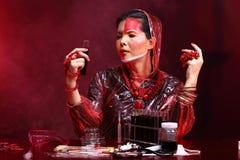 Η ασιατική γυναίκα γιατρών χημείας με την κόκκινη μόδα τόνου αποτελεί τη φαντασία Στοκ εικόνα με δικαίωμα ελεύθερης χρήσης