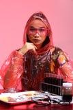 Η ασιατική γυναίκα γιατρών χημείας με την κόκκινη μόδα τόνου αποτελεί τη φαντασία Στοκ Εικόνες