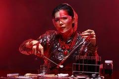 Η ασιατική γυναίκα γιατρών χημείας με την κόκκινη μόδα τόνου αποτελεί τη φαντασία Στοκ εικόνες με δικαίωμα ελεύθερης χρήσης