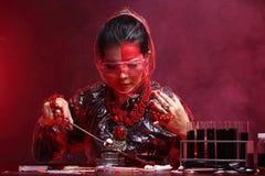 Η ασιατική γυναίκα γιατρών χημείας με την κόκκινη μόδα τόνου αποτελεί τη φαντασία Στοκ Φωτογραφία