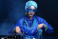 Η ασιατική γυναίκα γιατρών χημείας με την μπλε μόδα τόνου αποτελεί fanc Στοκ Εικόνες