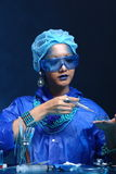 Η ασιατική γυναίκα γιατρών χημείας με την μπλε μόδα τόνου αποτελεί fanc Στοκ φωτογραφία με δικαίωμα ελεύθερης χρήσης
