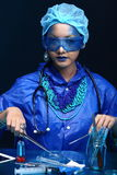 Η ασιατική γυναίκα γιατρών χημείας με την μπλε μόδα τόνου αποτελεί fanc Στοκ Φωτογραφίες