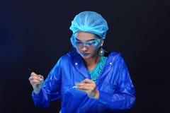 Η ασιατική γυναίκα γιατρών χημείας με τη μόδα αποτελεί τη φανταχτερή δοκιμή εργαστηρίων Στοκ Εικόνες