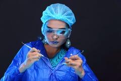 Η ασιατική γυναίκα γιατρών χημείας με τη μόδα αποτελεί τη φανταχτερή δοκιμή εργαστηρίων Στοκ εικόνες με δικαίωμα ελεύθερης χρήσης