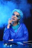 Η ασιατική γυναίκα γιατρών χημείας με τη μόδα αποτελεί τη φανταχτερή δοκιμή εργαστηρίων Στοκ Εικόνα