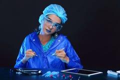 Η ασιατική γυναίκα γιατρών χημείας με τη μόδα αποτελεί τη φανταχτερή δοκιμή εργαστηρίων Στοκ φωτογραφίες με δικαίωμα ελεύθερης χρήσης