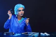 Η ασιατική γυναίκα γιατρών χημείας με τη μόδα αποτελεί τη φανταχτερή δοκιμή εργαστηρίων Στοκ Φωτογραφία