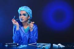 Η ασιατική γυναίκα γιατρών χημείας με τη μόδα αποτελεί τη φανταχτερή δοκιμή εργαστηρίων Στοκ Φωτογραφίες