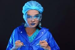 Η ασιατική γυναίκα γιατρών χημείας με τη μόδα αποτελεί τη φανταχτερή δοκιμή εργαστηρίων Στοκ εικόνα με δικαίωμα ελεύθερης χρήσης