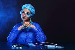 Η ασιατική γυναίκα γιατρών χημείας με τη μόδα αποτελεί τη φανταχτερή δοκιμή εργαστηρίων Στοκ φωτογραφία με δικαίωμα ελεύθερης χρήσης