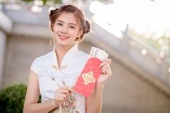 Η ασιατική γυναίκα κινεζικό couplet εκμετάλλευσης φορεμάτων «προσοδοφόρο» (Γ Στοκ φωτογραφίες με δικαίωμα ελεύθερης χρήσης