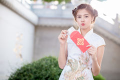 Η ασιατική γυναίκα κινεζικό couplet εκμετάλλευσης φορεμάτων «προσοδοφόρο» (Γ Στοκ Φωτογραφίες