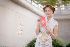 Η ασιατική γυναίκα κινεζικό couplet εκμετάλλευσης φορεμάτων «προσοδοφόρο» (Γ Στοκ Εικόνες