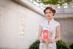Η ασιατική γυναίκα κινεζικό couplet εκμετάλλευσης φορεμάτων «προσοδοφόρο» (Γ Στοκ εικόνα με δικαίωμα ελεύθερης χρήσης