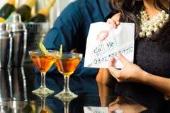 Η ασιατική γυναίκα παραπλανεί τον άνδρα στο εστιατόριο στοκ εικόνα