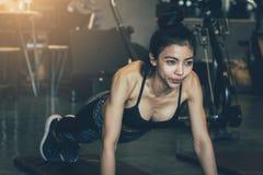 Η ασιατική γυναίκα σκοπεύει την άσκηση στη γυμναστική για υγιή Στοκ Φωτογραφία