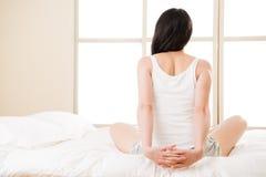 Η ασιατική γυναίκα τεντώνει τον πόνο στην πλάτη πόνου στην πλάτη, νωτιαίο χαμηλότερο πρόβλημα Στοκ φωτογραφία με δικαίωμα ελεύθερης χρήσης