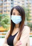Η ασιατική γυναίκα φορά τη μάσκα προσώπου Στοκ φωτογραφίες με δικαίωμα ελεύθερης χρήσης