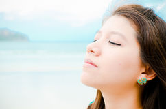 η ασιατική ελκυστική παραλία απολαμβάνει τη γυναίκα Στοκ Εικόνες