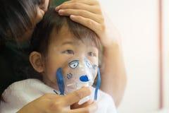Η ασιατική επεξεργασία αναπνοής κοριτσάκι με τη μητέρα παίρνει την προσοχή, στο ro στοκ εικόνες
