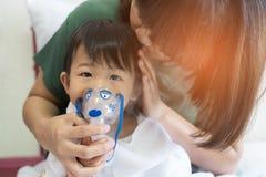 Η ασιατική επεξεργασία αναπνοής κοριτσάκι με τη μητέρα παίρνει την προσοχή, στο ro στοκ φωτογραφίες με δικαίωμα ελεύθερης χρήσης