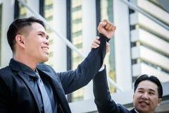 Η ασιατική επιχείρηση δύο έχει τη νίκη του επιχειρησιακού στόχου με την οικοδόμηση α Στοκ φωτογραφίες με δικαίωμα ελεύθερης χρήσης