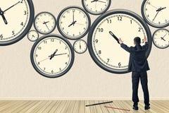 Η ασιατική επιχείρηση επισκευάζει το ρολόι Στοκ Εικόνα