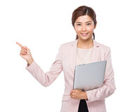 Η ασιατική επιχειρηματίας με το φορητό προσωπικό υπολογιστή και το δάχτυλο δείχνουν επάνω Στοκ φωτογραφίες με δικαίωμα ελεύθερης χρήσης