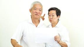 Η ασιατική ηλικιωμένη ζευγών διαφήμιση σημαδιών λαβής κενή ευτυχής συστήνει στοκ φωτογραφία με δικαίωμα ελεύθερης χρήσης