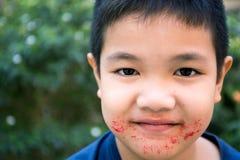Η ασιατική κατανάλωση παιδιών τρώει την καραμέλα γλυκών Στοκ Εικόνες
