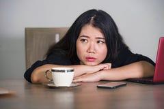 Η ασιατική κορεατική επιχειρηματίας που εργάζεται στην πίεση στο συναίσθημα γραφείων υπολογιστών γραφείων που συντρίβεται και που στοκ εικόνα