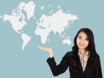 Η ασιατική κυρία παρουσιάζει την ανάπτυξη του κόσμου Στοκ εικόνα με δικαίωμα ελεύθερης χρήσης