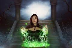 Η ασιατική μάγισσα με witchcraft πρακτικής καζανιών Στοκ φωτογραφίες με δικαίωμα ελεύθερης χρήσης