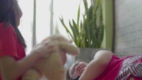 Η ασιατική μητέρα παίζει με την κόρη της στο καθιστικό φιλμ μικρού μήκους