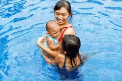 η ασιατική μητέρα παιδιών κ&omicr Στοκ φωτογραφία με δικαίωμα ελεύθερης χρήσης