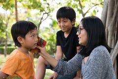 Η ασιατική οικογένεια παίρνει την προσοχή Στοκ Εικόνες
