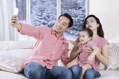 Η ασιατική οικογένεια παίρνει selfie τη φωτογραφία στο σπίτι Στοκ φωτογραφία με δικαίωμα ελεύθερης χρήσης