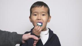Η ασιατική προσπάθεια παιδιών να φάνε το λοβό σκονών πλύσης αλλά ένα ενήλικο χέρι τον σταματά Πρόκληση λοβών σκονών πλύσης, Διαδί διανυσματική απεικόνιση