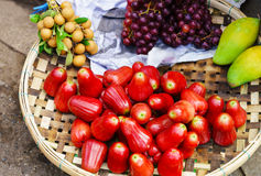 Η ασιατική πώληση αγοράς οδών αυξήθηκε longan σταφύλι και μάγκο μήλων Στοκ φωτογραφία με δικαίωμα ελεύθερης χρήσης