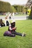 Η ασιατική ταϊλανδική γυναίκα κάθεται και θέτοντας στον κήπο χλόης για πάρτε τη φωτογραφία Στοκ φωτογραφία με δικαίωμα ελεύθερης χρήσης